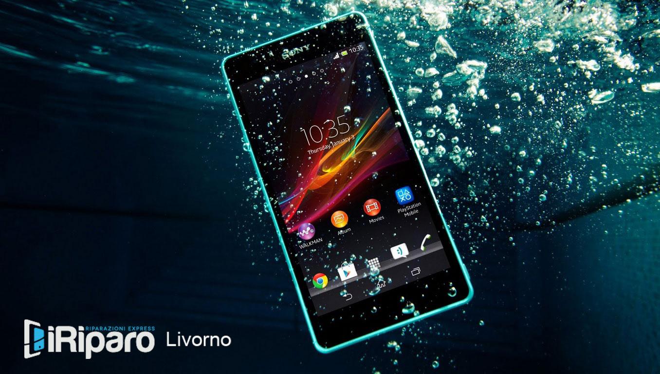 smartphone cade in acqua
